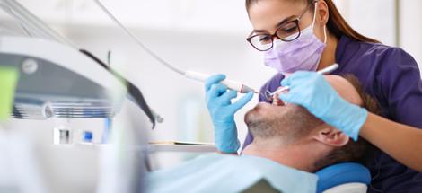Viklají se vám zuby? Příčinou může být parodontóza
